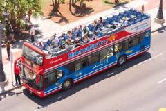 KUBA HAVANNACIGARR - MAJ 5, 2017: Turist- buss med ett öppet tak Top beskådar Kopiera utrymme för text Top beskådar arkivfoton