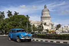 Kuba, Hawański, stary samochód przed Capitolio, fotografia stock