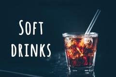 Kuba-libre Cocktail auf dem Barstand Dunkler Hintergrund Benennung der alkoholfreien Getränke stockfotos