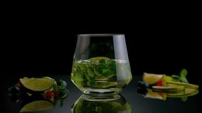 Kuba Libre eller coctail för med is te med stark alkohol på mörk bakgrund royaltyfri foto