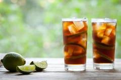 Kuba Libre koktajl z wapnem, lodem, mennicą i rumem na drewnianym stole z widokiem tarasu, Odbitkowa przestrzeń dla teksta Fotografia Stock