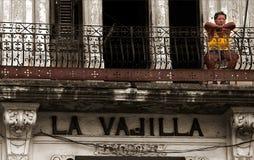 Kuba, Sonderkommando einer sehr ernsten Dame auf einem Balkon stockfotos