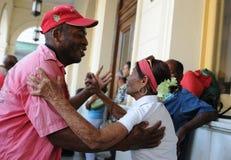 Kuba: Starzy ludzie tanczy na głównym placu Santa Clara i ulicie obraz stock