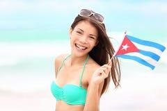 Kuba-Strandfrauenholding-Kubanermarkierungsfahne Stockfotografie