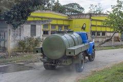 KUBA - Styczeń 03, 2018: stara ciężarówka z zbiornikiem przynosił wodę Fotografia Royalty Free