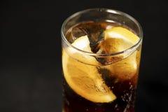 KubaLibre coctail med rom, cola- och limefruktfruktsaft med limefruktkilen och fullt av isar arkivfoto