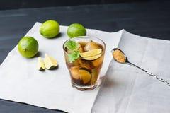 Kubalibre med limefrukt fotografering för bildbyråer