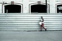 Kuban som går på havannacigarren Royaltyfri Fotografi