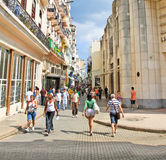 Kubaner går den Calle Obispo gatan i Havana, Kuba. Royaltyfri Bild
