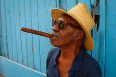 Kubaner mit einer großen Zigarre in seinem Mund stockfotos