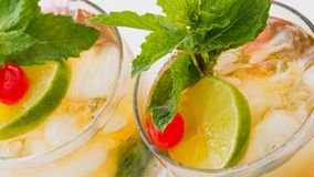 Kubaner Mojito oder tadellose Medizin-Cocktail stock footage