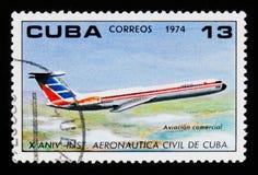 Kubanische Briefmarke zeigt Jet, Jahrestag 10 des Instituts von Zivilluftfahrt, circa 1974 Stockfotos