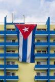 Kubanische Flagge über Hotelbalkonen Lizenzfreies Stockbild