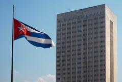 Kubanische Flagge und ein kolossales Krankenhaus Lizenzfreie Stockfotos