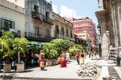 Kubanische Frauen in den bunten Spanisch-inspirierten Kostümen, Havana, Kuba stockfotos