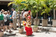 Kubanische Frauen in den bunten Spanisch-inspirierten Kostümen, Havana, Kuba lizenzfreie stockfotografie