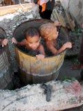 Kubanische Kinder, die in einem Wasserbehälter spielen lizenzfreie stockfotos