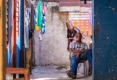 Kubanische Leute im bunten Haus mit Kleidung stockbild