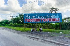 Kubanische Propaganda Anschlagtafel neben Straße lizenzfreies stockbild