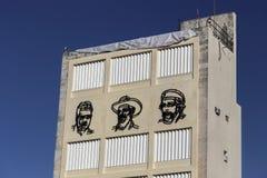 Kubanische Revolution stellt Fidel Castro Che Guevara Cienfuegos Old Building Havana Cuba gegenüber stockbild