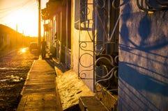 Kubanische Straße bei Sonnenuntergang in Trinidad lizenzfreie stockfotos