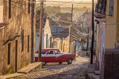 Kubanische Straße mit Oldtimer in Trinidad lizenzfreie stockfotos