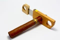 Kubanische Zigarre mit dem Schneider Lizenzfreies Stockfoto