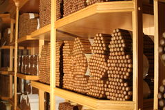 Kubanische Zigarren in einem großen Stapel innerhalb eines Luftfeuchtigkeitsreglers Lizenzfreies Stockfoto