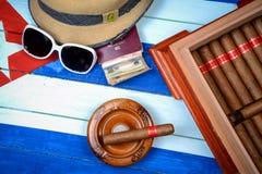 Kubanische Zigarren mit Strohhut und Flagge Stockbilder