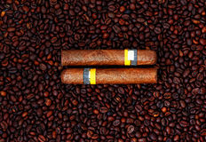 Kubanische Zigarren- und Kaffeebohnen Lizenzfreie Stockfotos