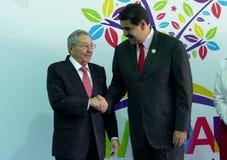 Kubanischer Präsident Raul Castro grüßt venezolanischen Präsidenten Nicolas Maduro Lizenzfreie Stockbilder