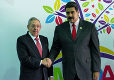Kubanischer Präsident Raul Castro grüßt venezolanischen Präsidenten Nicolas Maduro Lizenzfreie Stockfotos