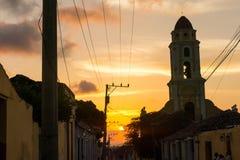 Kubanischer Straßensonnenuntergang mit Oldtimer in Trinidad, Kuba lizenzfreie stockbilder