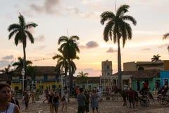 Kubanischer Straßensonnenuntergang mit Oldtimer in Trinidad, Kuba stockfoto