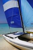 Kubanischer Strand und saling Boot stockfoto