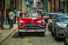 Kubansk bil för gammal tappning på havannacigarrgatan Royaltyfri Foto