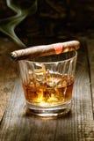 Kubansk cigarr på whisky Arkivfoton