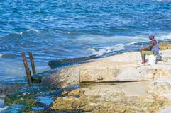 Kubansk fiskare i havannacigarr Royaltyfria Bilder