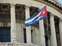 Kubansk flagga på huvudbyggnaden, havannacigarr, Kuba Arkivbilder