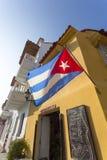 Kubansk flagga på kolonial arkitektur i Cartagena, Colombia Arkivbilder