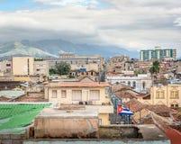 Kubansk flagga som vinkar i Santiago de Cuba med staden och berget arkivfoton