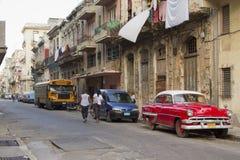 Kubansk gata med den gamla klassiska bilen Royaltyfri Fotografi