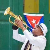 Kubansk musiker som spelar trumpeten i gammal havannacigarr Royaltyfri Foto