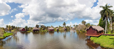 Kubansk by på floden Royaltyfria Bilder