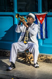 Kubansk ståendeserie, trumpetspelare på gatan Arkivfoto