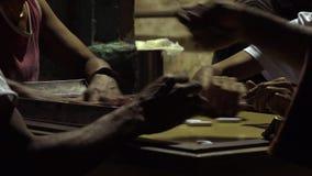 Kubanskt folk som spelar dominobricka stock video