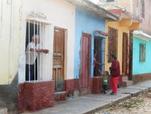 KUBANSKT FOLK SOM TALAR TILL OCH MED SÄKERHETSDÖRRPORTEN, TRINIDAD, KUBA royaltyfri foto
