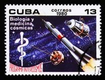 Kubaportostämpeln visar biologi och medicin i utrymme, rymdprogrammet av Sovjetunionenet, Intercosmos, circa 1980 Royaltyfri Fotografi