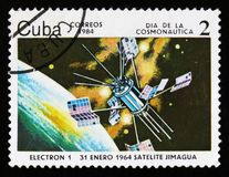 Kubaportostämpeln visar satelliten Electron-1, circa 1984 Royaltyfri Fotografi