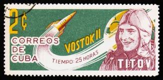 Kubaportostämpeln visar ståenden av Titov, sovjetisk kosmonaut, med raket Vostok 2, circa 1963 Royaltyfria Foton